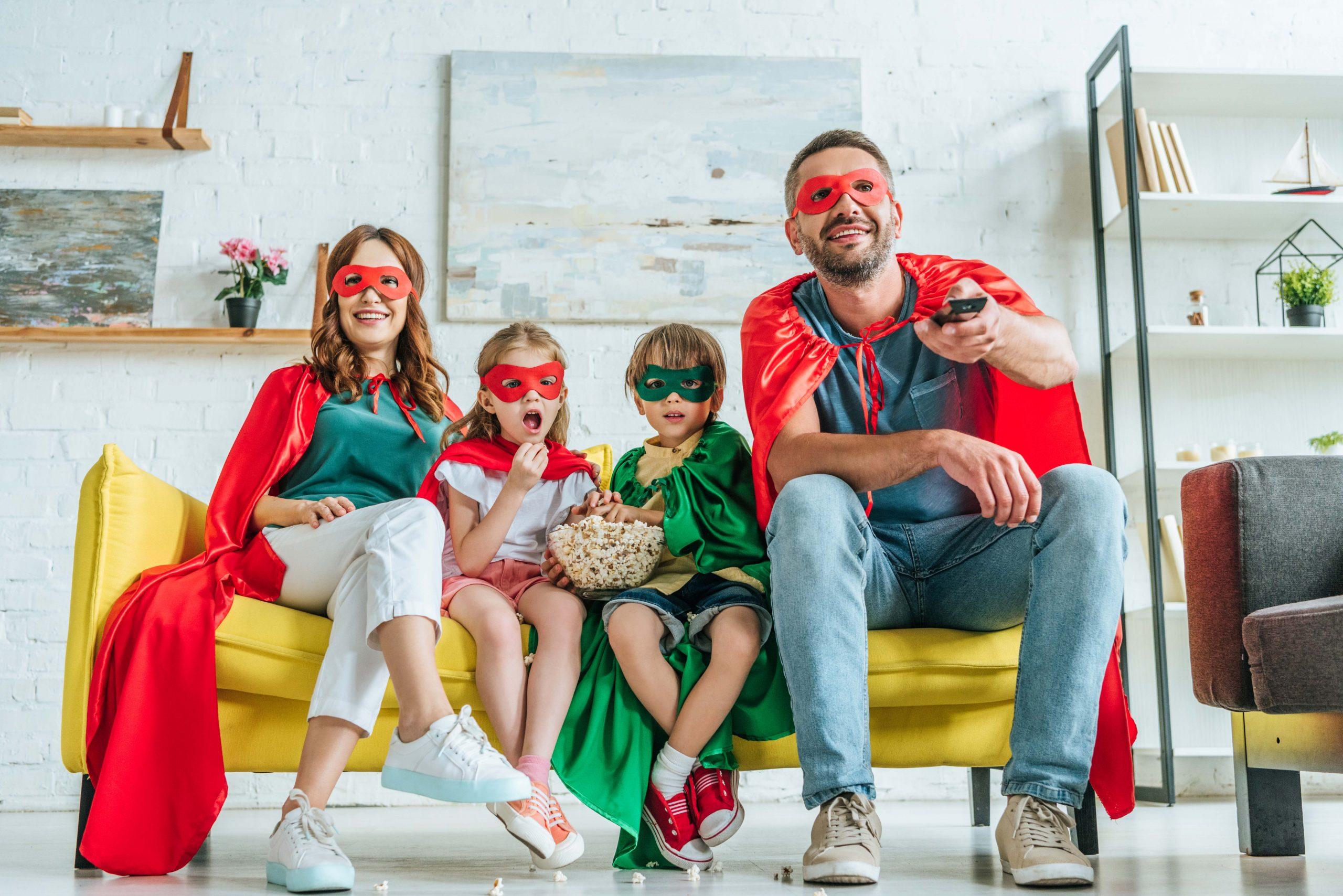 Familia disfrutando disfrazada en casa